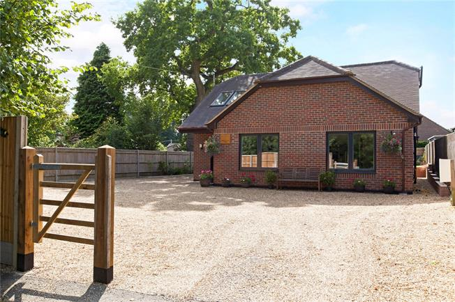 Guide Price £635,000, 4 Bedroom Bungalow For Sale in Newbury, Hampshire, RG20