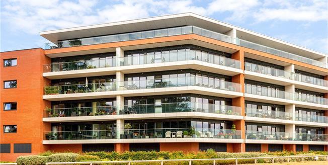 Guide Price £325,000, 2 Bedroom Flat For Sale in Newbury, RG14