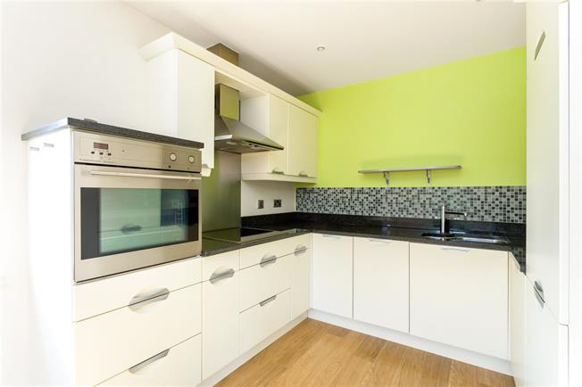 Asking Price £325,000, 3 Bedroom Flat For Sale in Donnington, RG14