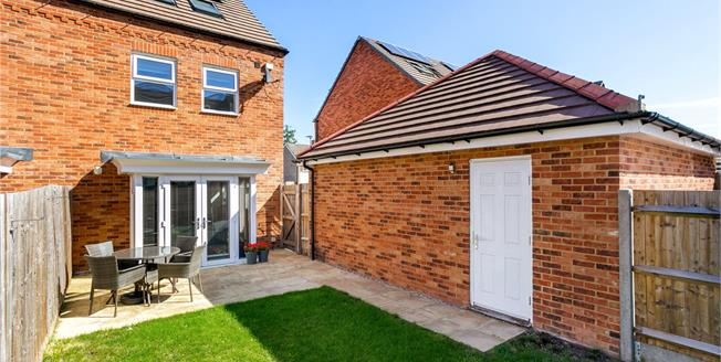 Guide Price £365,000, 3 Bedroom Semi Detached House For Sale in Speen, RG14