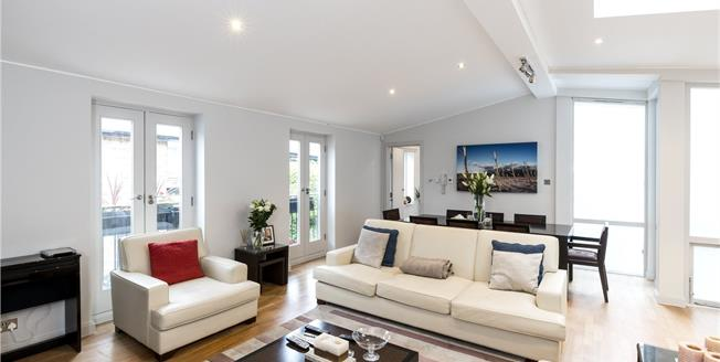 Asking Price £1,995,000, 3 Bedroom Mews House For Sale in London, W11