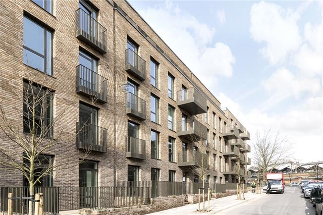 Asking Price £418,000, Flat For Sale in London, W10