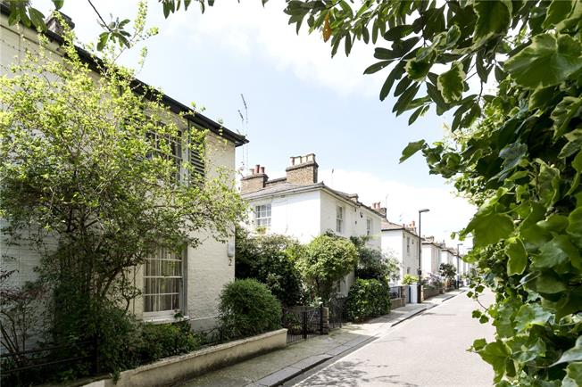 Asking Price £1,400,000, 2 Bedroom Mews House For Sale in London, W2