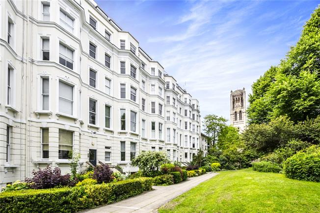 Offers in excess of £375,000, Flat For Sale in London, W11
