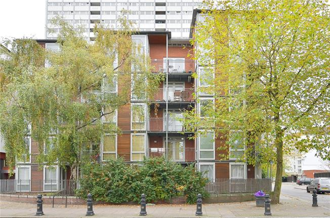 Asking Price £795,000, 2 Bedroom Flat For Sale in London, W11