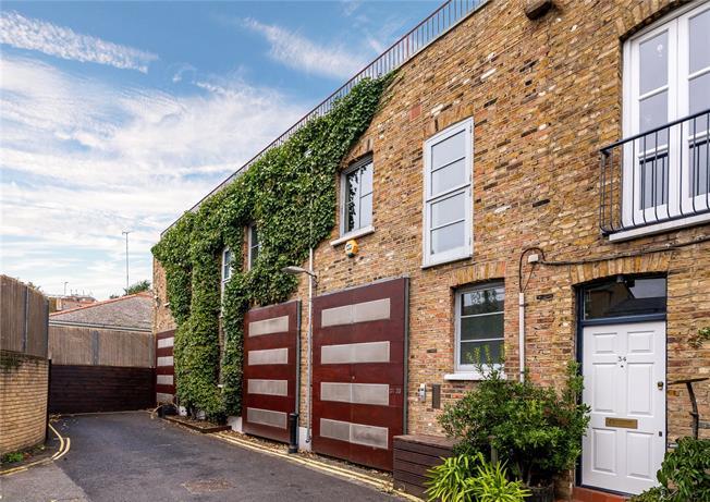 Asking Price £1,675,000, 3 Bedroom Mews House For Sale in London, W11