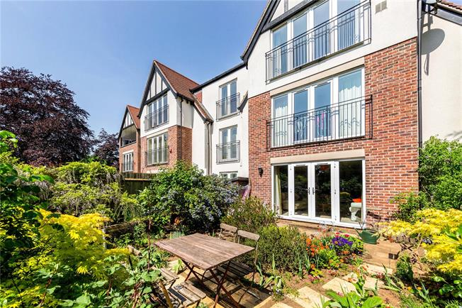 Guide Price £450,000, 2 Bedroom Flat For Sale in Boars Hill, Oxford, OX1