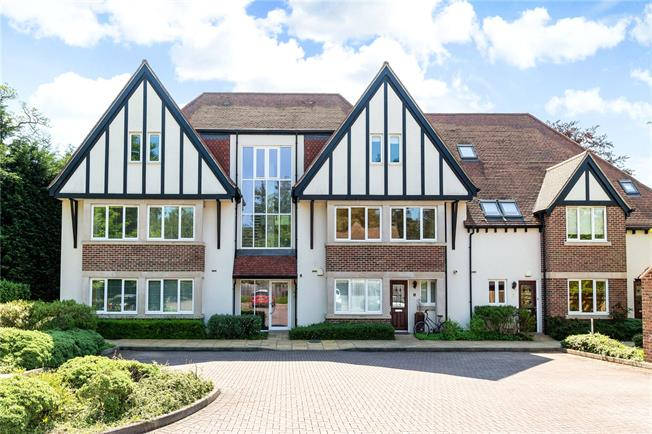 Offers in excess of £500,000, 3 Bedroom Flat For Sale in Boars Hill, Oxford, OX1