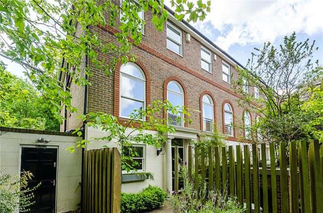 Asking Price £1,550,000, 5 Bedroom For Sale in Richmond, TW10
