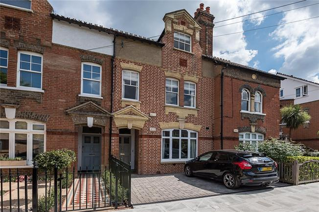 Asking Price £750,000, 2 Bedroom Flat For Sale in Richmond, TW9