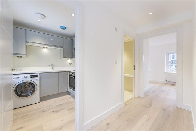 Guide Price £355,000, Flat For Sale in Richmond, TW9