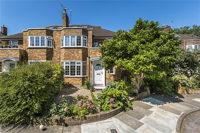 Asking Price £575,000, 2 Bedroom Maisonette For Sale in Richmond, TW10