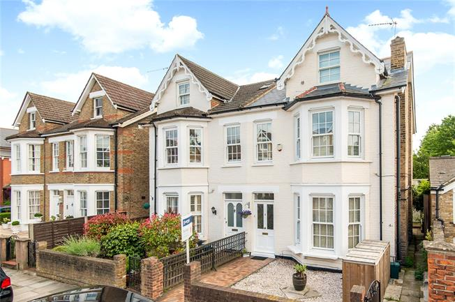 Asking Price £860,000, 3 Bedroom Flat For Sale in Richmond, TW9