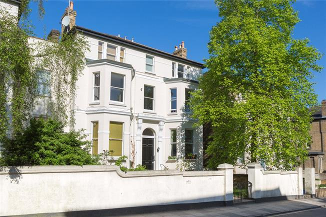 Asking Price £750,000, 2 Bedroom Flat For Sale in Richmond, TW10