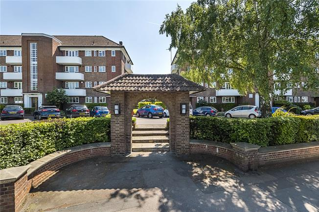 Asking Price £595,000, 2 Bedroom Flat For Sale in Sheen Road, TW10