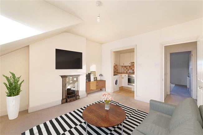 Guide Price £450,000, 2 Bedroom Flat For Sale in Richmond, TW9