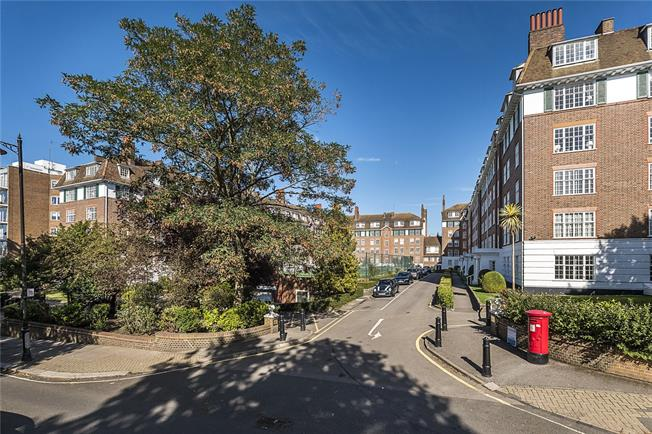 Asking Price £650,000, 3 Bedroom Flat For Sale in Richmond, TW10