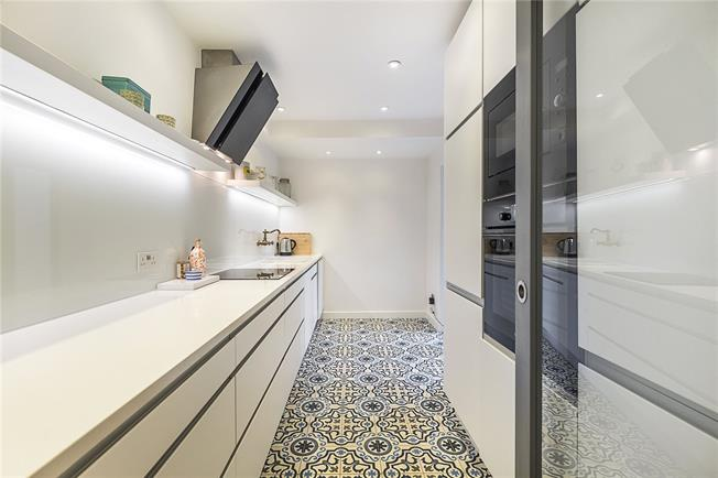 Asking Price £495,000, 1 Bedroom Flat For Sale in Richmond, TW10