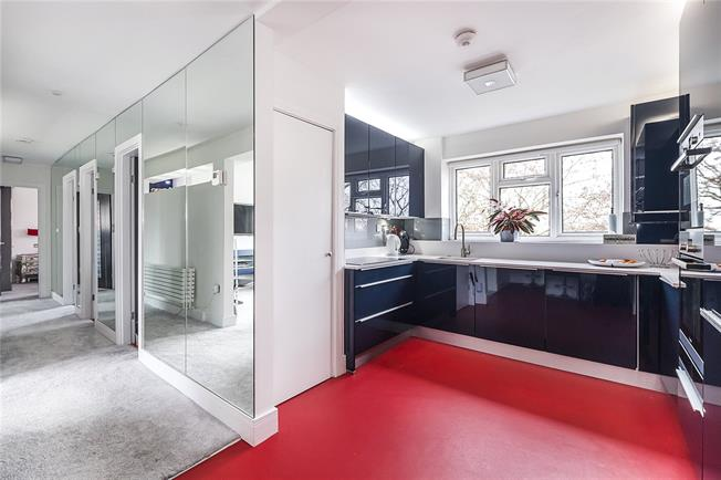 Asking Price £825,000, 3 Bedroom Flat For Sale in Richmond, TW10