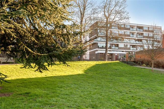 Asking Price £765,000, 2 Bedroom Flat For Sale in Richmond, TW10