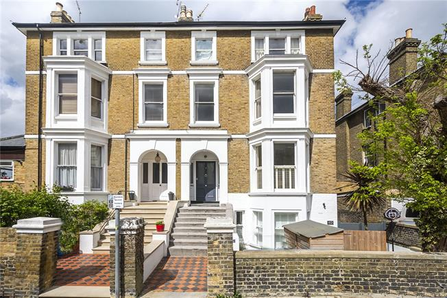Asking Price £625,000, 2 Bedroom Flat For Sale in Richmond, TW10
