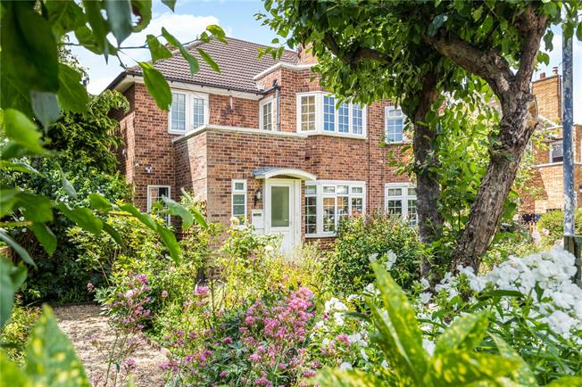 Asking Price £670,000, 2 Bedroom Flat For Sale in Richmond, TW10