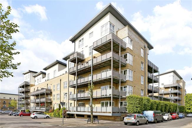 Guide Price £375,000, 2 Bedroom Flat For Sale in Watford, Hertfordshire, WD18
