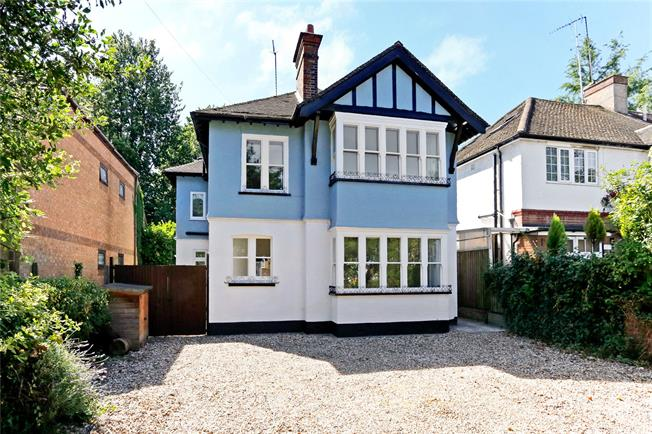 Guide Price £850,000, 4 Bedroom Detached House For Sale in Watford, WD18