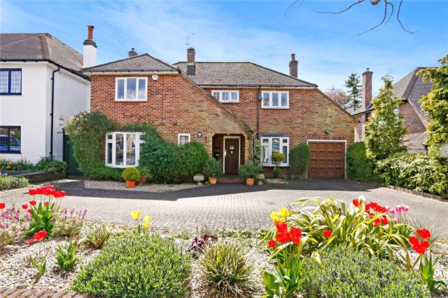 Guide Price £900,000, 4 Bedroom Detached House For Sale in Hertfordshire, WD17