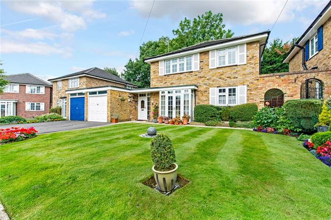 Guide Price £885,000, 4 Bedroom Detached House For Sale in Northwood, HA6