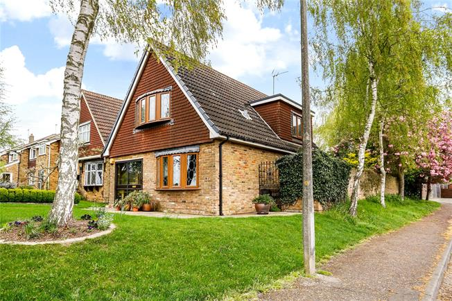 Guide Price £615,000, 3 Bedroom Detached House For Sale in Mill End, WD3