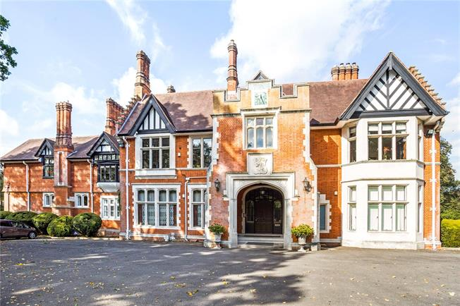 Guide Price £1,375,000, 4 Bedroom Flat For Sale in Chorleywood, Rickmanswort, WD3
