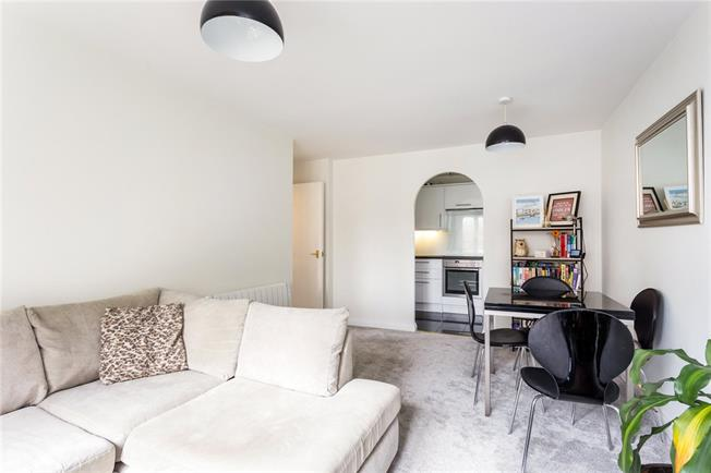 Guide Price £310,000, 2 Bedroom Flat For Sale in Watford, Hertfordshire, WD24