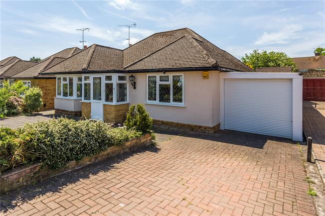 Guide Price £595,000, 2 Bedroom Bungalow For Sale in Rickmansworth, Hertfordsh, WD3