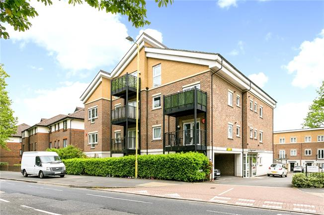 Guide Price £295,000, 2 Bedroom Flat For Sale in Watford, WD25