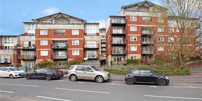 Guide Price £410,000, 2 Bedroom Flat For Sale in Rickmansworth, Hertfordsh, WD3