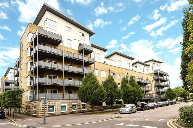 Guide Price £375,000, 2 Bedroom Flat For Sale in Watford, WD18
