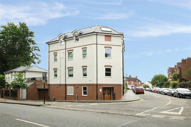Guide Price £300,000, 1 Bedroom Flat For Sale in Hertfordshire, AL1