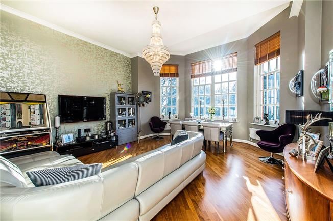 Guide Price £500,000, 2 Bedroom Flat For Sale in St. Albans, Hertfordshire, AL2