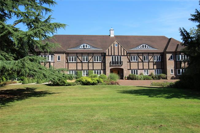 Guide Price £550,000, 3 Bedroom Flat For Sale in St. Albans, Hertfordshire, AL4