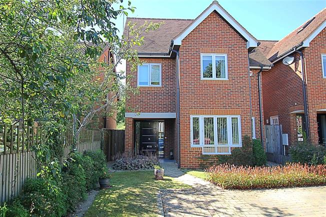 Guide Price £850,000, 4 Bedroom Detached House For Sale in St. Albans, AL2