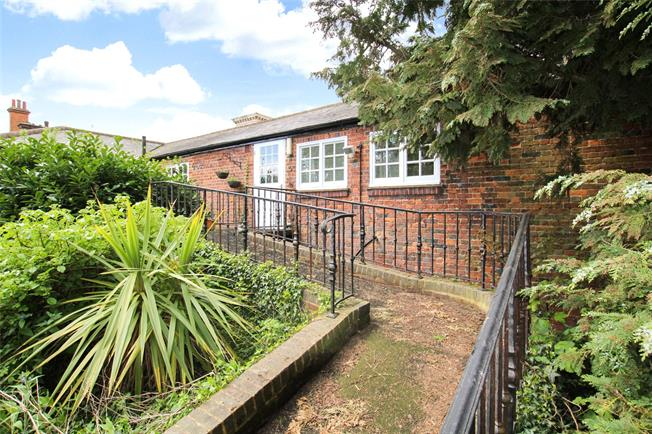 Guide Price £350,000, 2 Bedroom Flat For Sale in St. Albans, AL3
