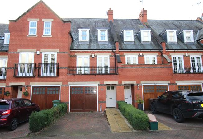 Guide Price £600,000, 3 Bedroom Terraced House For Sale in St. Albans, Hertfordshire, AL2