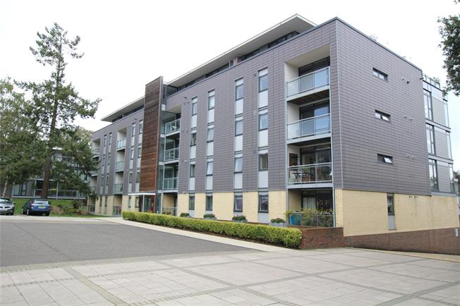 Guide Price £375,000, 2 Bedroom Flat For Sale in St. Albans, AL1