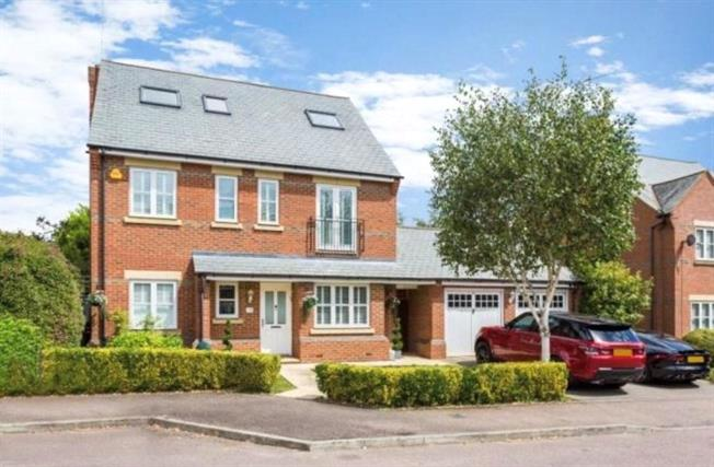 Guide Price £925,000, 5 Bedroom Detached House For Sale in London Colney, AL2
