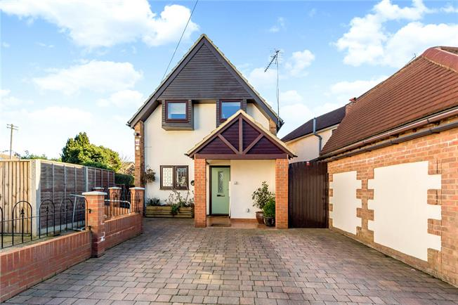 Guide Price £549,950, 3 Bedroom Detached House For Sale in St. Albans, Hertfordshire, AL2