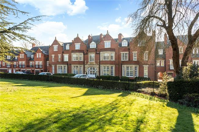 Guide Price £825,000, 3 Bedroom Flat For Sale in London Colney, AL2