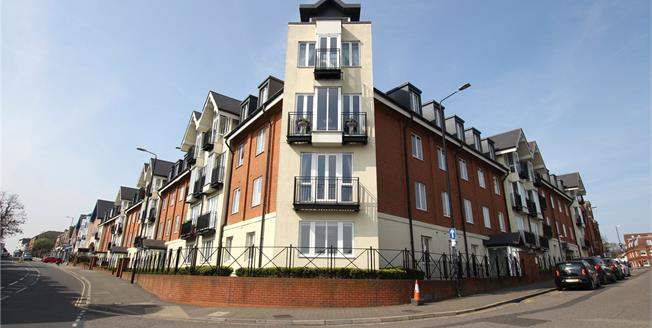 Guide Price £475,000, 2 Bedroom Flat For Sale in St. Albans, Hertfordshire, AL1