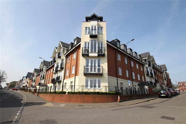 Guide Price £495,000, 2 Bedroom Flat For Sale in St. Albans, Hertfordshire, AL1