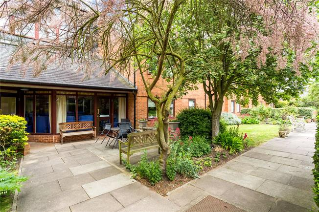 Guide Price £300,000, 2 Bedroom Flat For Sale in St. Albans, Hertfordshire, AL1
